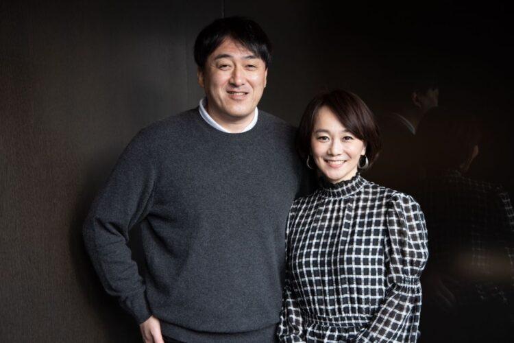 「顎が長いね」と木佐さんにツッコまれ笑顔を見せる石井監督