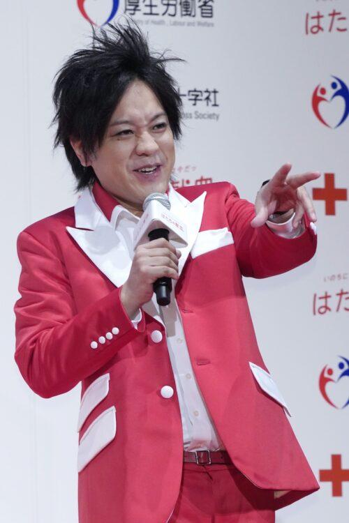 日本赤十字社「はたちの献血」キャンペーンに登場(時事通信フォト)