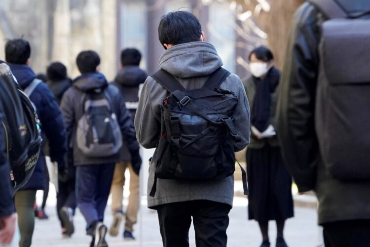 コロナ禍で行われた今年の大学入試(時事通信フォト)