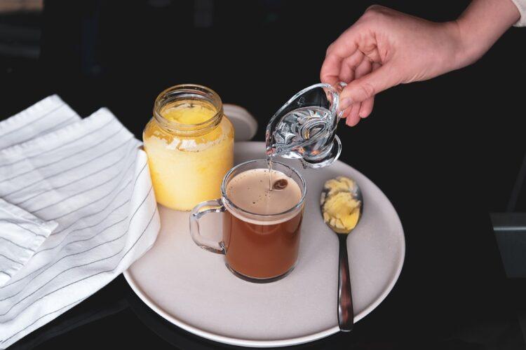 ギーを入れてつくる「防弾コーヒー」