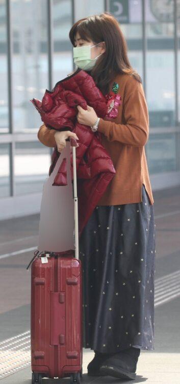 ロングスカート、大きな荷物を持つ愛ちゃん