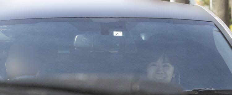 車の中で満面の笑みを浮かべる福原愛