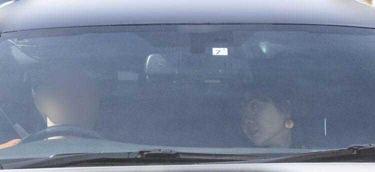 高級車の中で、ぐっと顔を寄せて話す福原