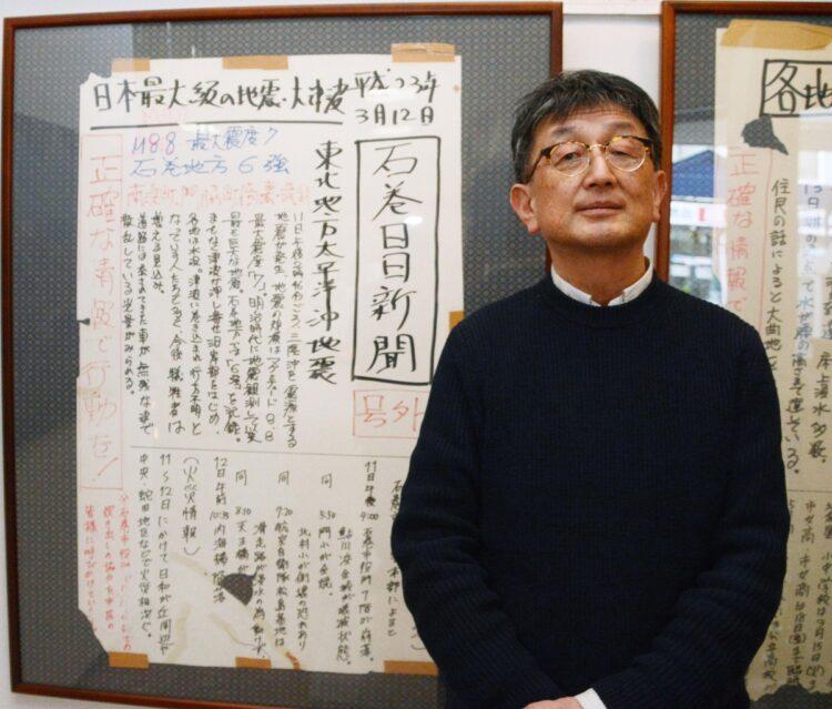 石巻日日新聞の壁新聞と当時の報道局長(写真/共同通信社)