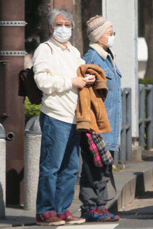 2月下旬、昼食へ出かける田中(右)と沢田