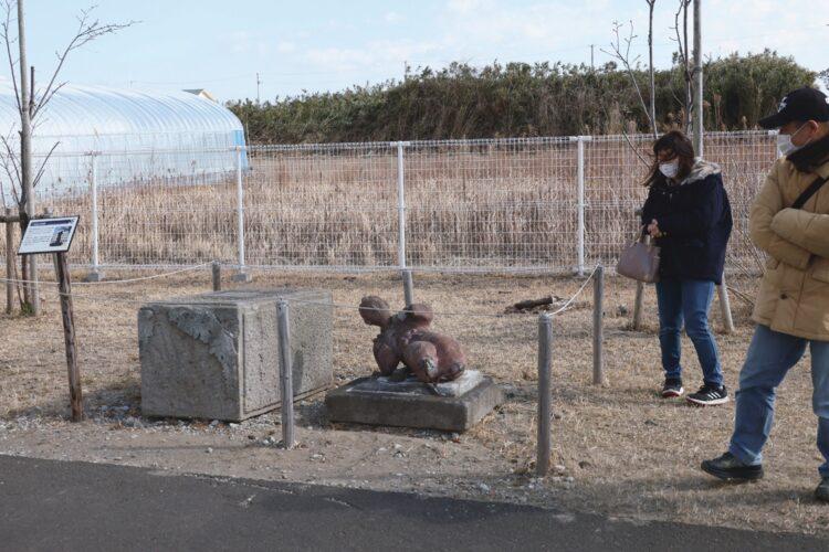 「横たわる二宮金次郎像」/荒浜小学校(宮城・仙台市)