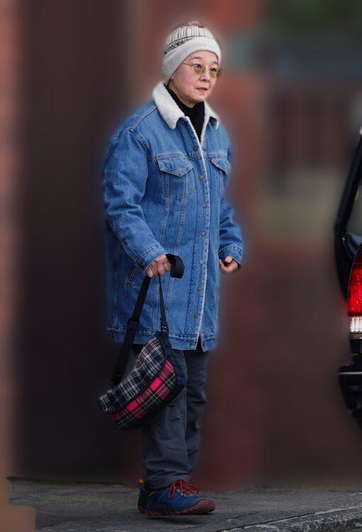 ブルーのデニムコートを着た田中
