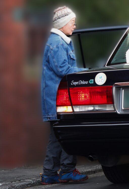タクシーに乗り込む田中