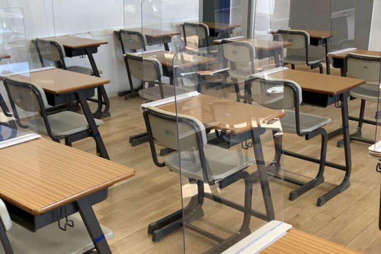 生徒の机にもアクリル板が付けられた
