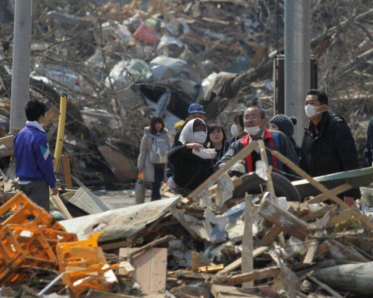 津波が去った後の陸前高田市の様子。学校もJRの液もすべて一瞬にして流された(時事通信フォト)