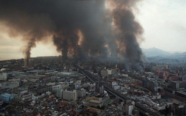 黒煙を上げて燃え上がる住宅街(阪神・淡路大震災=時事通信フォト)