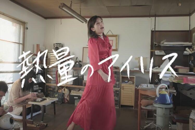 『熱量のアイリス』という七宝焼のテーマソングも制作し、YouTubeに自ら歌う姿をアップしている田村有紀さん(「ゴダイメちゃんねる」より)