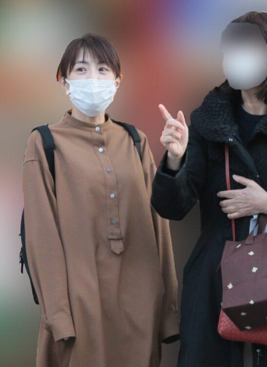 母親(右)が麻耶をサポート(写真は今年3月)