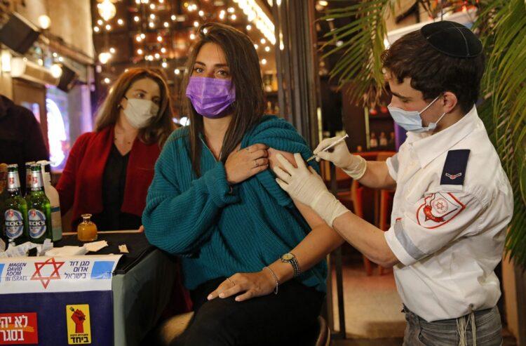 世界ではワクチンによる副作用はどれほど出ている?(AFP=時事)