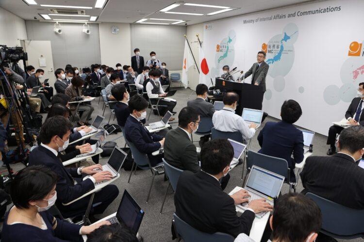 電波利権と新聞・TVメディアの関係性とは?(写真は武田良太・総務省の会見、時事通信フォト)