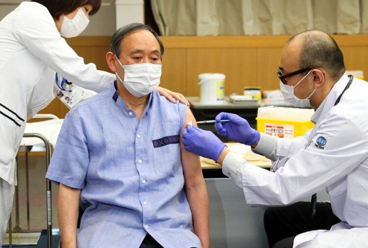 訪米に向けてコロナワクチンを接種する菅義偉・首相(時事通信フォト)