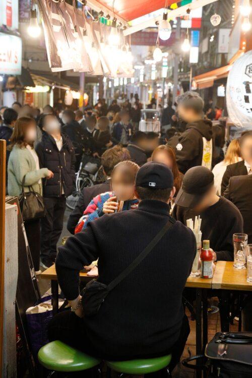 緊急事態宣言解除前における東京・上野の飲み屋街の一角