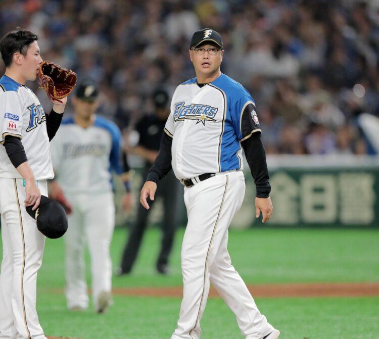 木田優夫コーチが帽子を脱ぐと、選手やスタッフらが「チラ見」するという情報も入手(時事通信フォト)