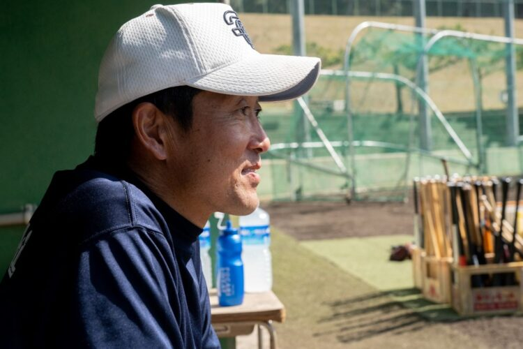 選手を見守る清水央彦監督