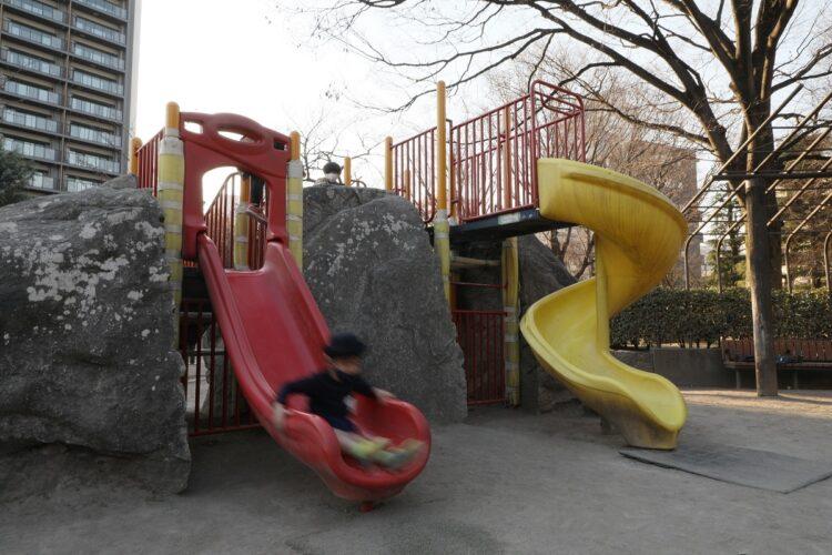 公園の遊具で遊ぶ子どもたち。本来なら、このように子供たちが駆け回るのが当たり前なのだが(イメージ、時事通信フォト)