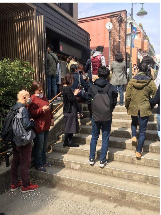 多くの人で飲食店にも行列ができる東京・吉祥寺(3月20日/筆者撮影)