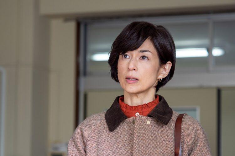 鈴木保奈美演じる小説家・及川トモミは、独自に殺人事件を調べ始めるなかで衝撃の事実へと近づいていく