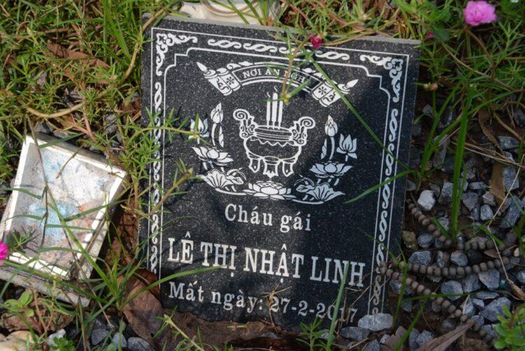 リンちゃんの名前が彫られたプレート。この下にリンちゃんが眠っている。
