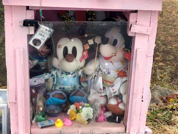 祠の中に供えられた人形やぬいぐるみ、ジュースなどは定期的に支援者によって取り替えられている。
