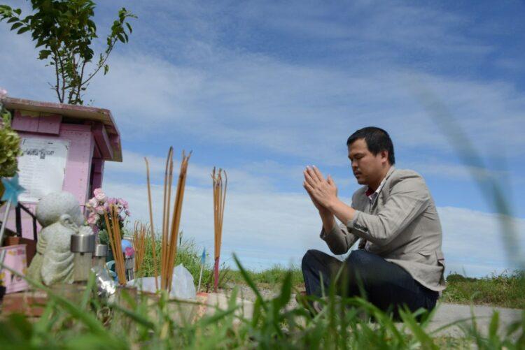 千葉県我孫子市北新田の遺体発見現場に建つ祠で、ハオさんは毎月命日に祈りを捧げている。