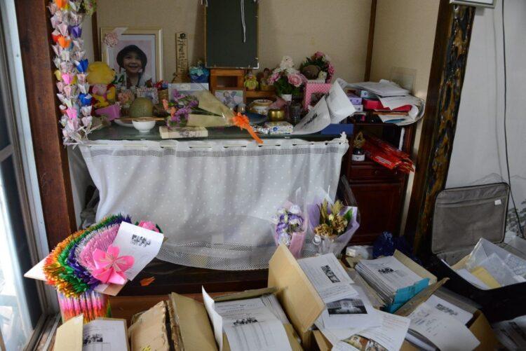 リンちゃんの遺影が飾られた祭壇前に積み上げられた署名。これまでに紙で134万人、オンラインで4万人分が集まった。