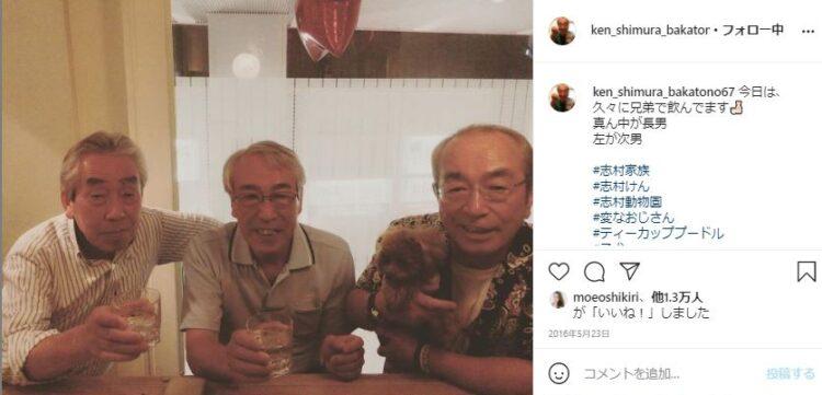 2人の兄(左から次男・美佐男さん、長兄・知之さん)とお酒を楽しむ志村さん(志村さんのインスタグラムより)