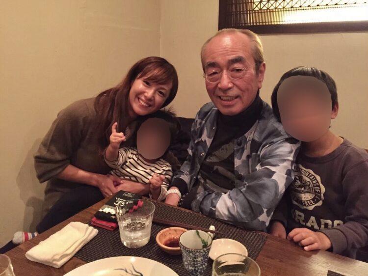 行きつけの和食店で、星野さん一家との食事を楽しんだ志村さん(2016年12月)