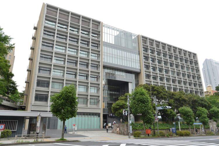 合格者数も減らして入りにくくなっている慶應大学(三田キャンパス/時事通信フォト)