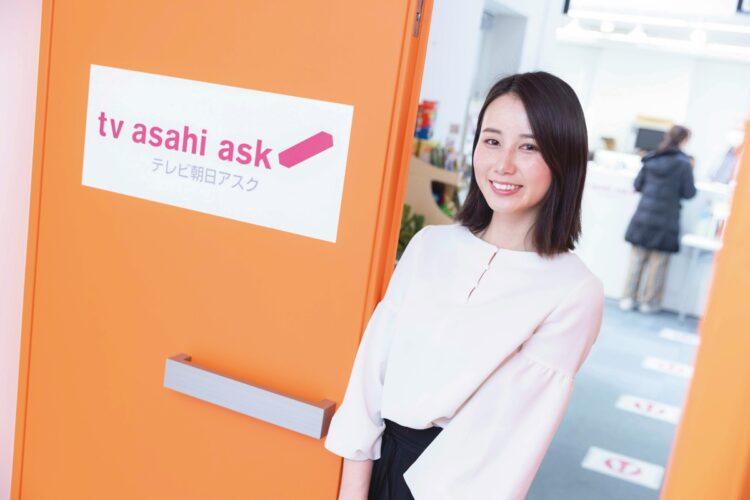 テレビ朝日アスクの入口にて。現役アナの授業は不定期だが、シフトの合間を縫って教壇に立つ