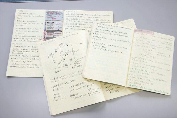 ニュースのまとめや、授業や職業体験で学んだことなど、ノートの内容は多岐にわたる。中央は内定後に野球実況の短期講座を受講した時のノート。「スポーツ志望なのに野球がまったくわからないと焦って、入社前に受講しました。アスクには内定後にも役立つ講座があるんです」(安藤アナ)
