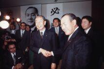 1972年の総裁選に先立ち握手する田中角栄と福田赳夫(時事通信フォト)
