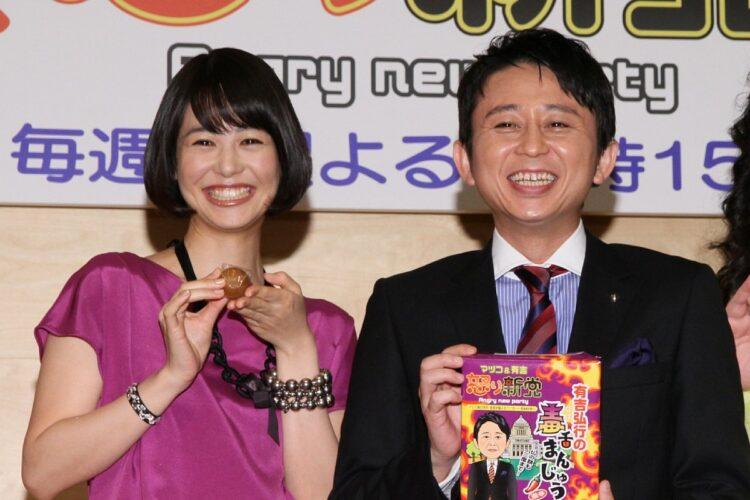 地元の銘菓をスタッフ全員に(写真は2011年)