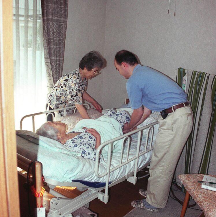 誰もが介護に携わり、介護される時代に(写真はイメージです=時事)
