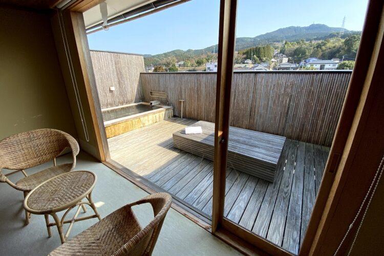 露天風呂付きの客室。部屋の改装や什器づくりは、常駐するベテラン大工4名が手がける。敷地内には大工小屋もあり、小原氏のアイデアを即座に具現化する