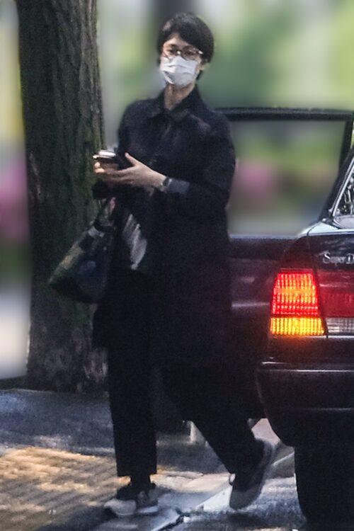 ショートヘアーに全身黒、すっきりしたコーデ