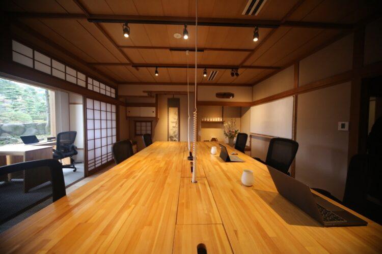 和多屋別荘にあるイノベーションパートナーズのサテライトオフィス。落ち着いた設えにまず目が行くが、機能性も非常に高いのが特徴だ