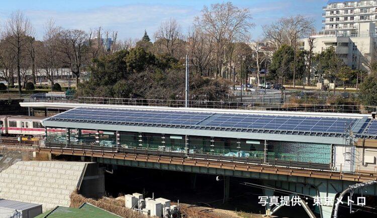 丸ノ内線の四ツ谷駅に設置された太陽光発電のパネル