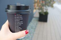 コンビニで入れ立てコーヒーを買ってテイクアウト(イメージ)
