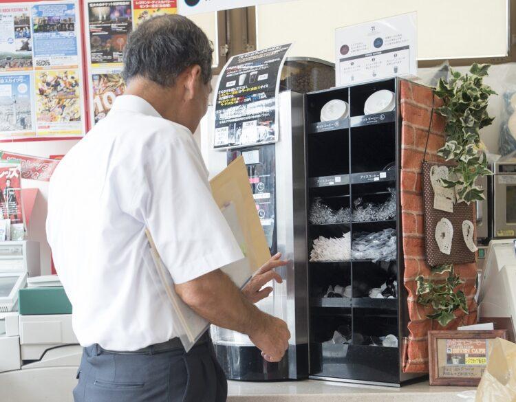 コンビニエンスストアで売られるドリップコーヒー(イメージ、時事通信フォト)