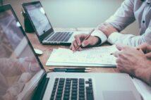 インターネットツールを利用したリモート会議が普及してきており対面の会議が減っている(イメージ)