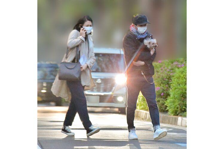 有吉弘行と夏目三久の初2ショット 愛犬を抱えてお散歩デート撮
