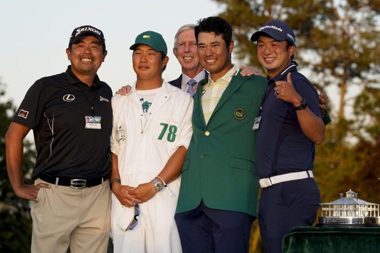 松山の右が目沢秀憲コーチ、1人挟んで左が早藤将太キャディ、左端は飯田光輝トレーナー(写真=AP/AFLO)