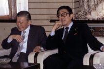 竹下登(左)と安倍晋太郎の関係性は?(時事通信フォト)