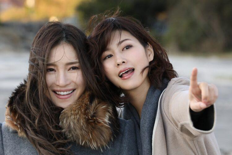 「神戸の女」美乃すずめ(右)と「湘南の女」小野夕子