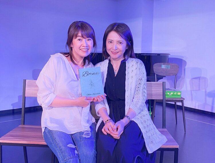稽古場を訪れた倉本美香さん。